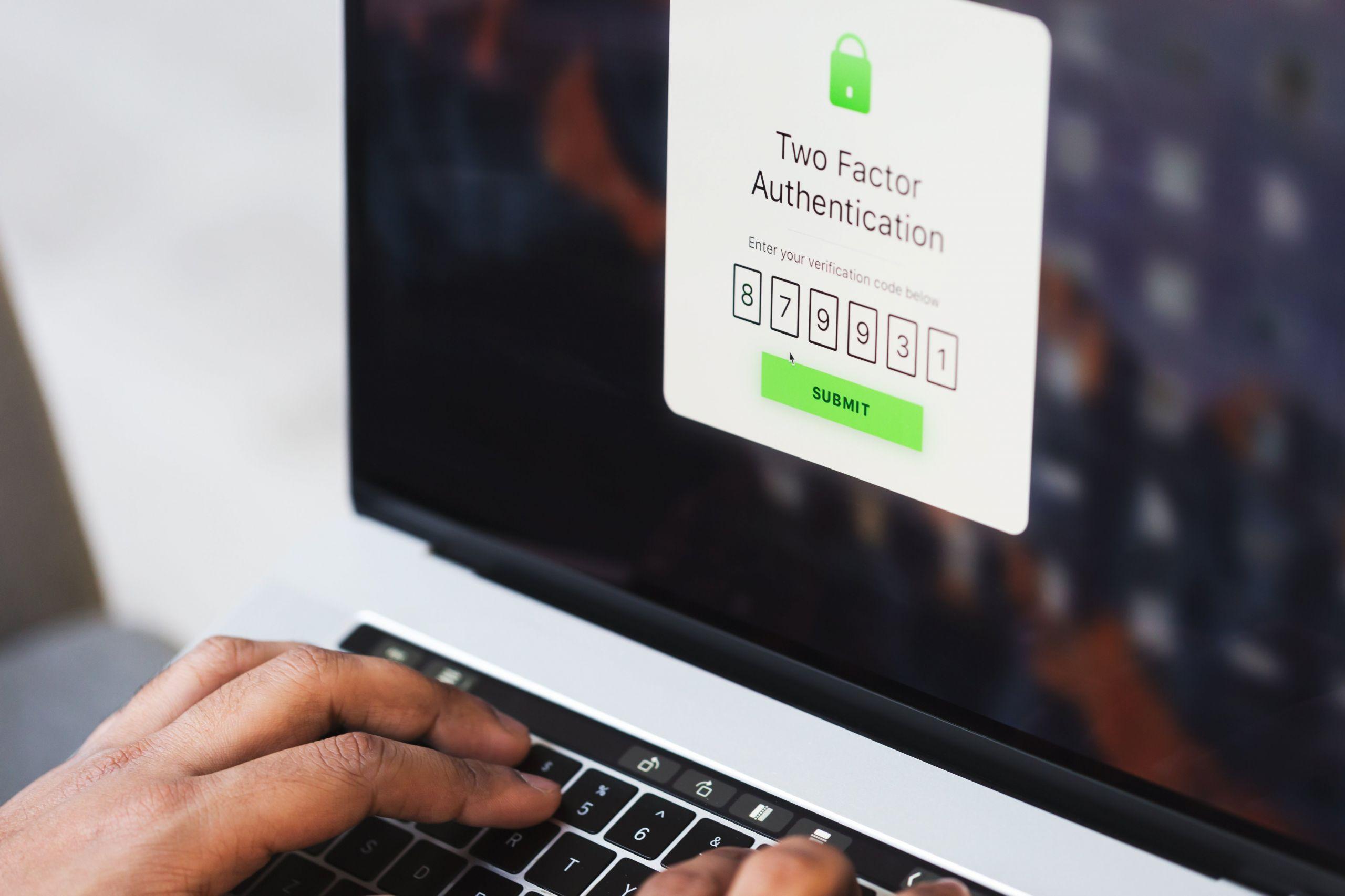 Приложение для двухфакторной авторизации на экране MacBook Pro
